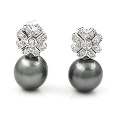 White gold flower-shaped earrings with brilliant cut diamonds and Tahitian pearls measuring 11 mm