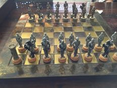 Fine chess set in luxurious case, knights, bronze/silver coloured chess pieces