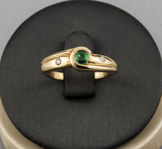 Yellow gold ring set with a central emerald stone of 0.30 ct and two diamonds of 0.10 ct in total. Size: 13 (Spain)