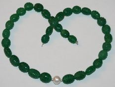 Sculpted emerald and baroque pearl necklace with white gold 18 kt/750 gold clasp – length 46 cm.