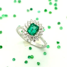 Ring in 18 kt gold with emerald and diamonds totalling 1.58 ct – Size 15/55