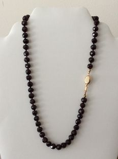 Garnet necklace with gold coffee bean clasp, 14 kt, 47.5 cm
