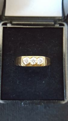 Gold ring set with 3 diamonds, approx. 1.26 ct -- ring size: 19 mm.