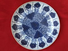 A blue and white dish decorated with Aster flowers- China - Kangxi period (1662-1722)