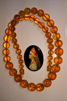 Art Deco cognac Amber beaded necklace of 62 gr., vintage brooch with lacquer miniature portrait