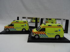 Neo Scale Models - Schaal 1/43 - Chevrolet GMT 600 Ambulancedienst & Chevrolet GMT 610 Ambulancedienst