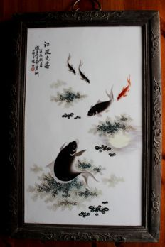 Porcelain picture, framed, with fish between water plants - China - 2nd half of the 20th century