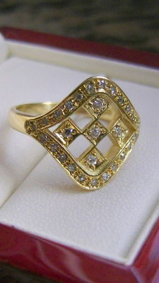 Solid 740 gold ring, 5.6g. 0.30ct diamonds