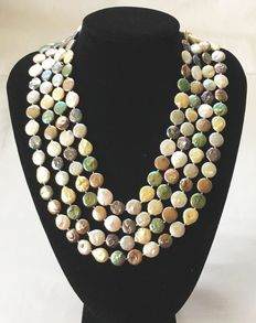 "Charleston necklace with cultured baroque freshwater ""coin-shaped"" pearls in various colours; Necklace length 245 cm."