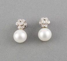 Earrings in 18 kt (750/1000) white gold – Flower design – Brilliant cut diamonds – South Sea pearls – Earring maximum height:.  17.35 mm