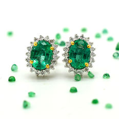 Gold earrings with emeralds and brilliant cut diamodns totalling 2.13 ct **NO RESERVE**