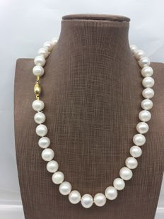 Necklace made of 10 mm white cultured freshwater pearls with 18 kt gold clasp – Length: 44 cm.