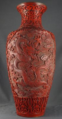 Large lacquer vase with decorations of 5-clawed dragons, one with a flaming pearl - China - second half of the 20th century