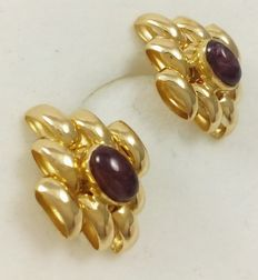Earrings in 18 kt/.750 yellow gold with cabochon cut rubies with approx. total weight 0.7 ct