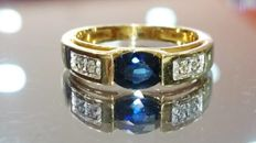 18 kt yellow gold solitaire ring, set with a central sapphire and 4 diamonds. Size 54.