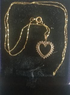 Heart necklace in 18 kt gold, set with 0.50 ct diamond. Short necklace chain of 40 cm in cabled large links.