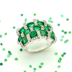Exclusive 18 kt gold ring with shiny emeralds and diamonds totalling 4.93 ct