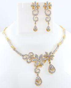 IGI Certified Set of gold and diamond Necklace and Chandelier Earrings with rotating flowers - 12.08 ct.