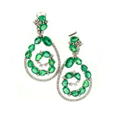 Exclusive gold earrings with emeralds and brilliant cut diamonds, totalling 9.88 ct Length: 42 mm