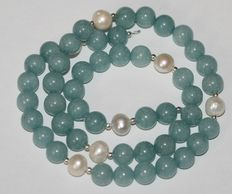 Aquamarine gemstone and baroque pearl necklace with an 18 kt/750  white gold clasp. Length 48 cm.