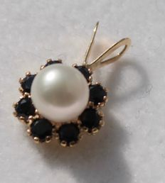 Gold pendant, 14 kt, inlaid with pearl and onyx, size: 8 x 15 mm.