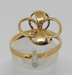 18 kt yellow gold ring.