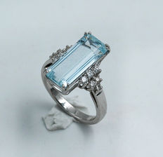 Ring made of 18 kt gold with aquamarine and diamonds – Hand crafted