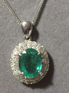 18kt/750 white gold pendant with emerald and diamonds 4.57 ct in total + fine chain Measurements: 11.55 mm / 8.90 mm / 5.05 mm