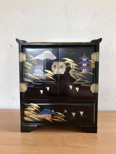 Handmade Japanese lacquered box / jewellery box with music box