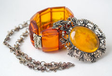 Set of vintage Baltic amber necklace with pendant and bracelet, butterscotch/ honey colour, total weight: 76 gram