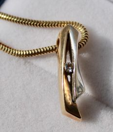Yellow gold necklace with bi-colour pendant, set with a diamond - Necklace length: 44 cm