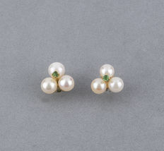 Yellow gold earrings 18 kt  – 4.70 mm Akoya cultured pearls – 2.00 mm emerald