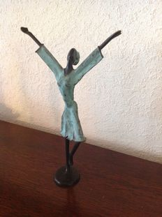 Bronze happy woman (ca 1950 Burkina Fasso) signed    OZ.