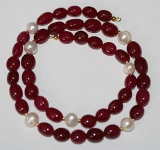 Ruby and baroque pearl necklace with an 18 kt / 750 gold clasp. Length 50 cm.