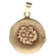 Yellow gold medallion decorated with flowers - length: 2.2 cm.