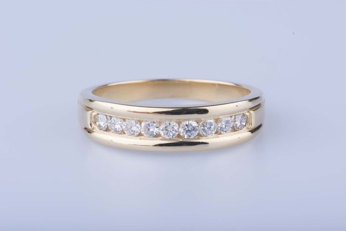 Yellow gold ring of 18 kt sets with 9 diamonds of approx. 0,90 kt in total