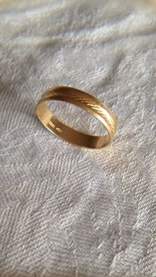 Yellow gold ring, marked internally 750. Size: 16.5 (IT) 56.50 (FR)