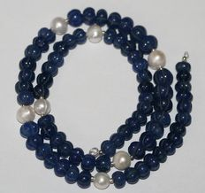 Precious stone sculpted sapphire and baroque pearl necklace with white gold 18 kt clasp. Weight 185 ct, length 47 cm.