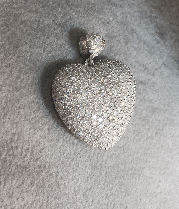 Large heart-shaped pendant studded with diamonds – 2.40 ct, F–G colour, VS–VVS clarity