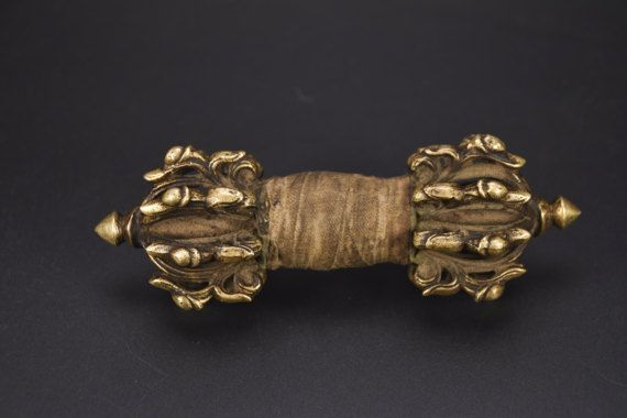 Very rare and extremely beautiful antique Vajra / Dorje 16 prongs with Makaras – Bhutan – 19th century