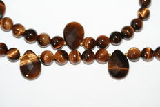 Precious stone tiger's eye necklace with 18kt/750 gold clasp. Length: 49 cm