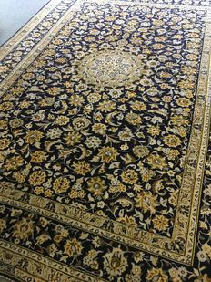 Gorgeous, hand-knotted, original Persian Kashan, exclusive, plant-based colours! Approx. 242 x 343 – in very good condition – free and fast shipping to Europe!
