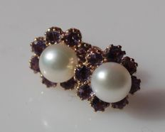 14 kt yellow gold earrings set with amethyst and freshwater pearl, size: 7 x 7 mm.