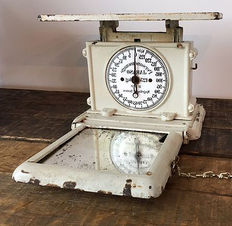 Jaraso mirror scale, personal scale, beige cast iron scales, early 20th century