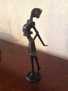 Bronze proud woman (ca 1950 Burkina Fasso) signed    OZ.