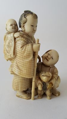 Ivory Okimono of Mother and child and dogs - Japan - 19th century (Meiji period)