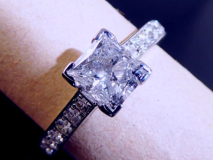 Gold ring with princess cut diamond, 0.90 ct & 14 diamonds, 1.20 ct in total