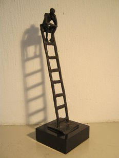 Corry Ammerlaan van Niekerk - signed sculpture on marble base - De Denker (thinker) - original older copy, ladder with 8 rungs.