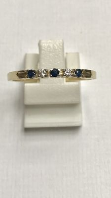 Yellow gold band ring with brilliant cut diamond and blue sapphire. Ring size: 19 (60)