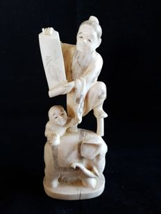 Finely carved ivory Okimono oof a man and child on a elephant - Japen - ca . 1900-1930